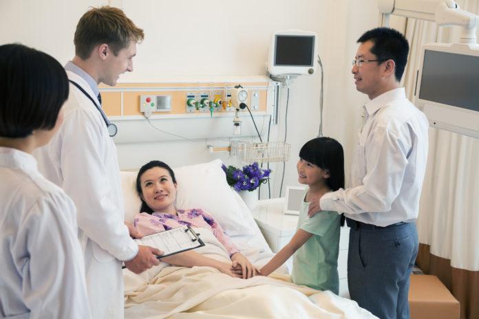 medical interpretation and translation doctor uses medical interpreter at bedside